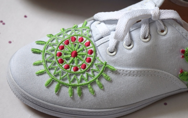 Janome Skyline S9: Embroidered Shoes and Cactus Lou Box Top Hack